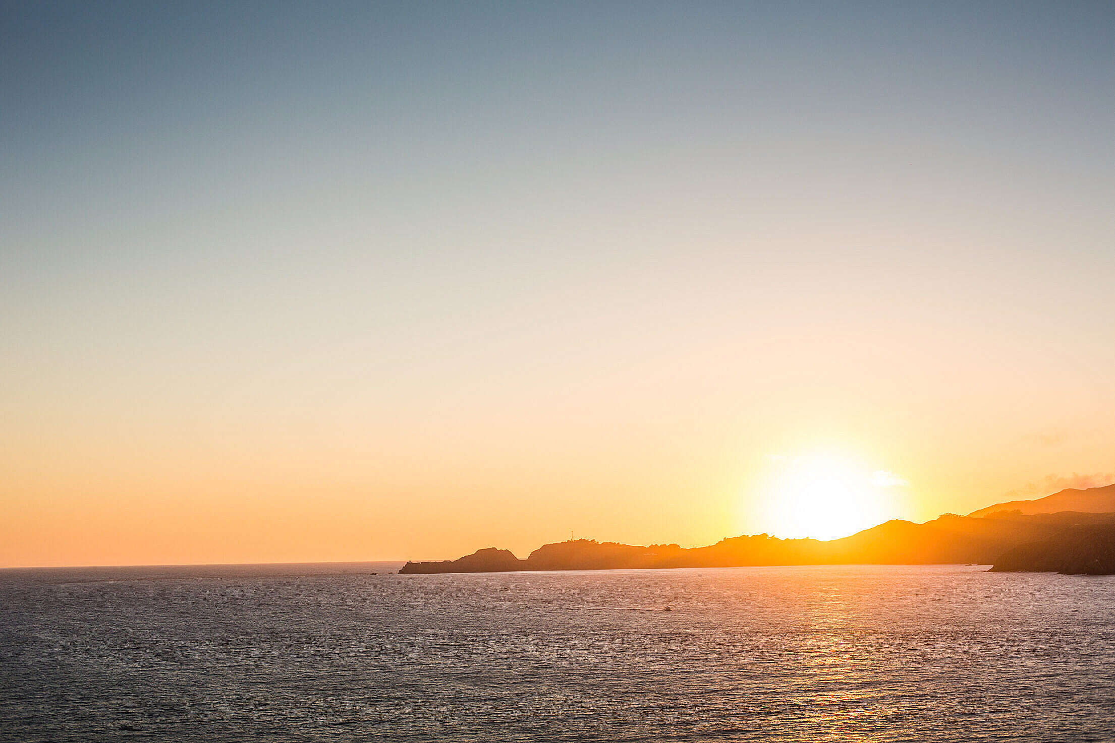 Beautiful Sunset Over the Oceanside Free Stock Photo