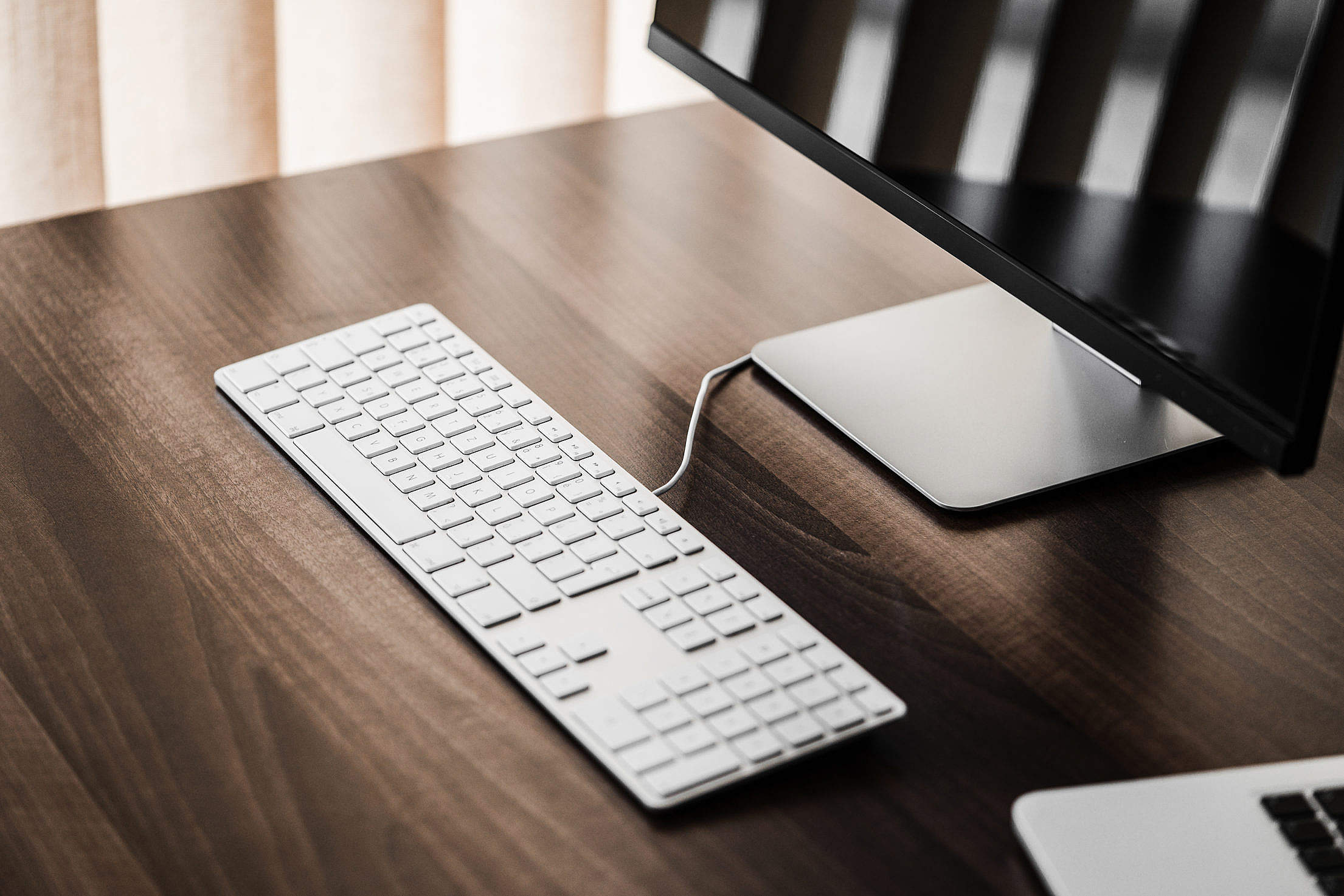 Download Clean Setup: Keyboard and Glossy Desktop Display Free Stock Photo