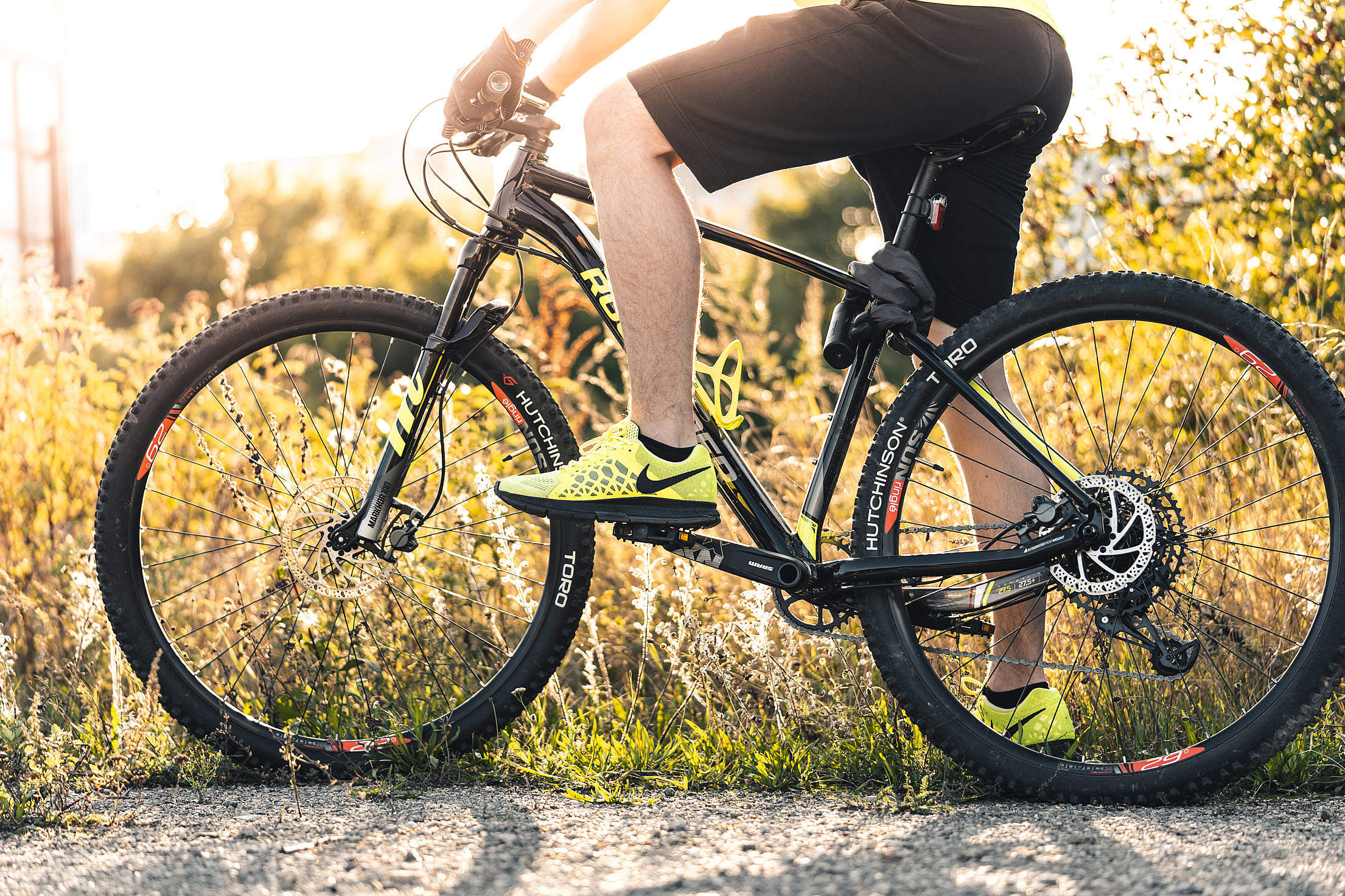 Man Sitting on a Mountain Bike Free Stock Photo