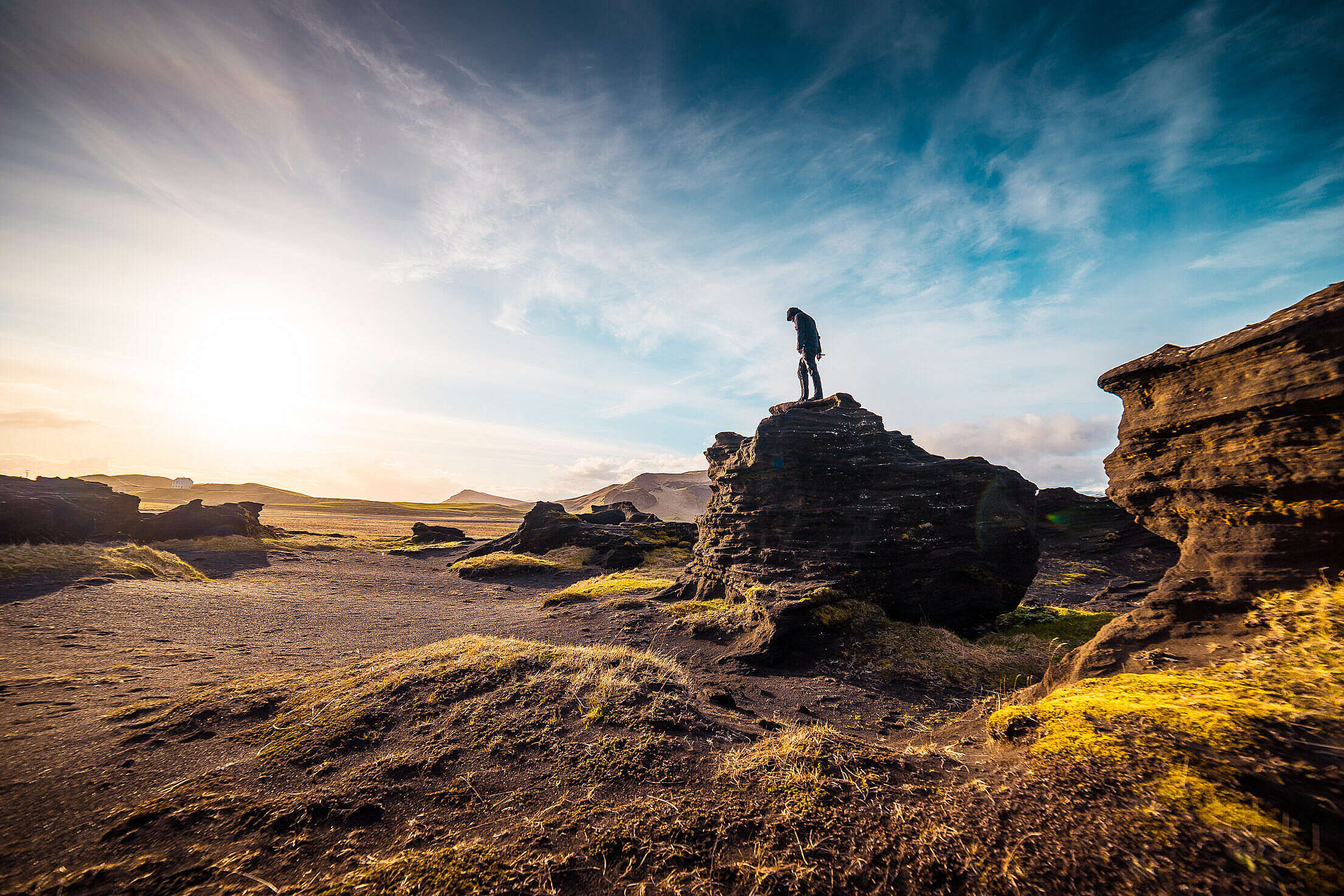 Man Standing on The Rock Free Stock Photo