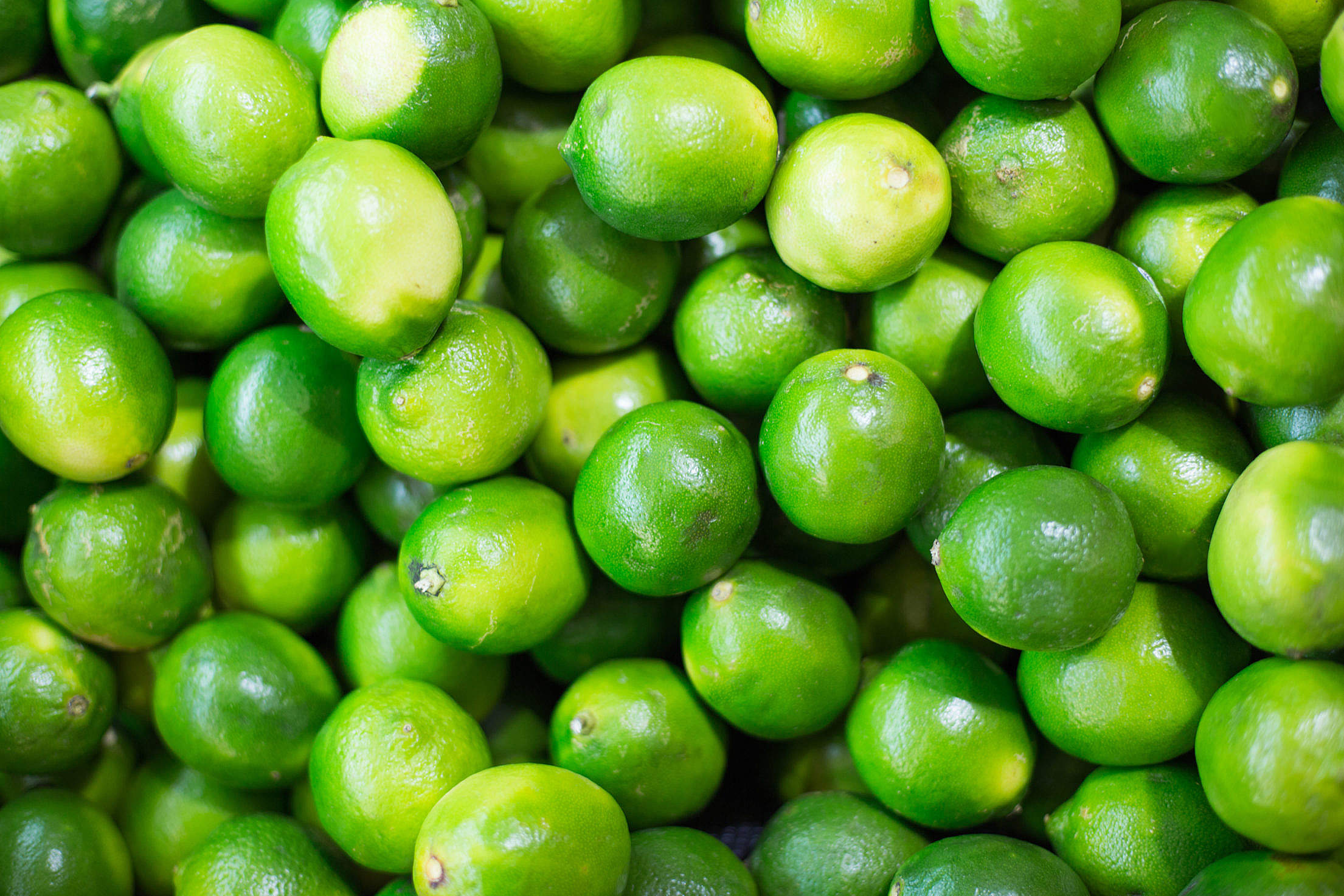 Pile of Green Limes on Market Pattern Free Stock Photo