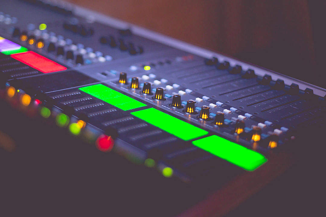 Download Sound Engineer's Audio Music Mix Pult FREE Stock Photo