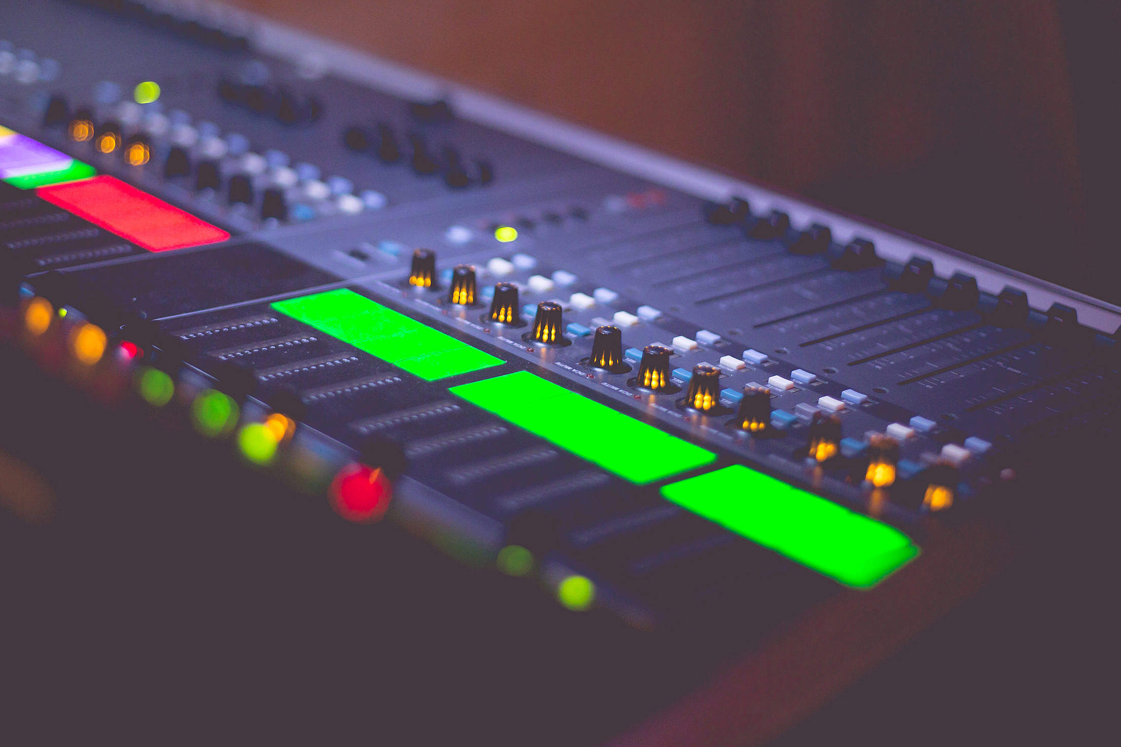 Sound Engineer's Audio Music Mix Pult Free Stock Photo