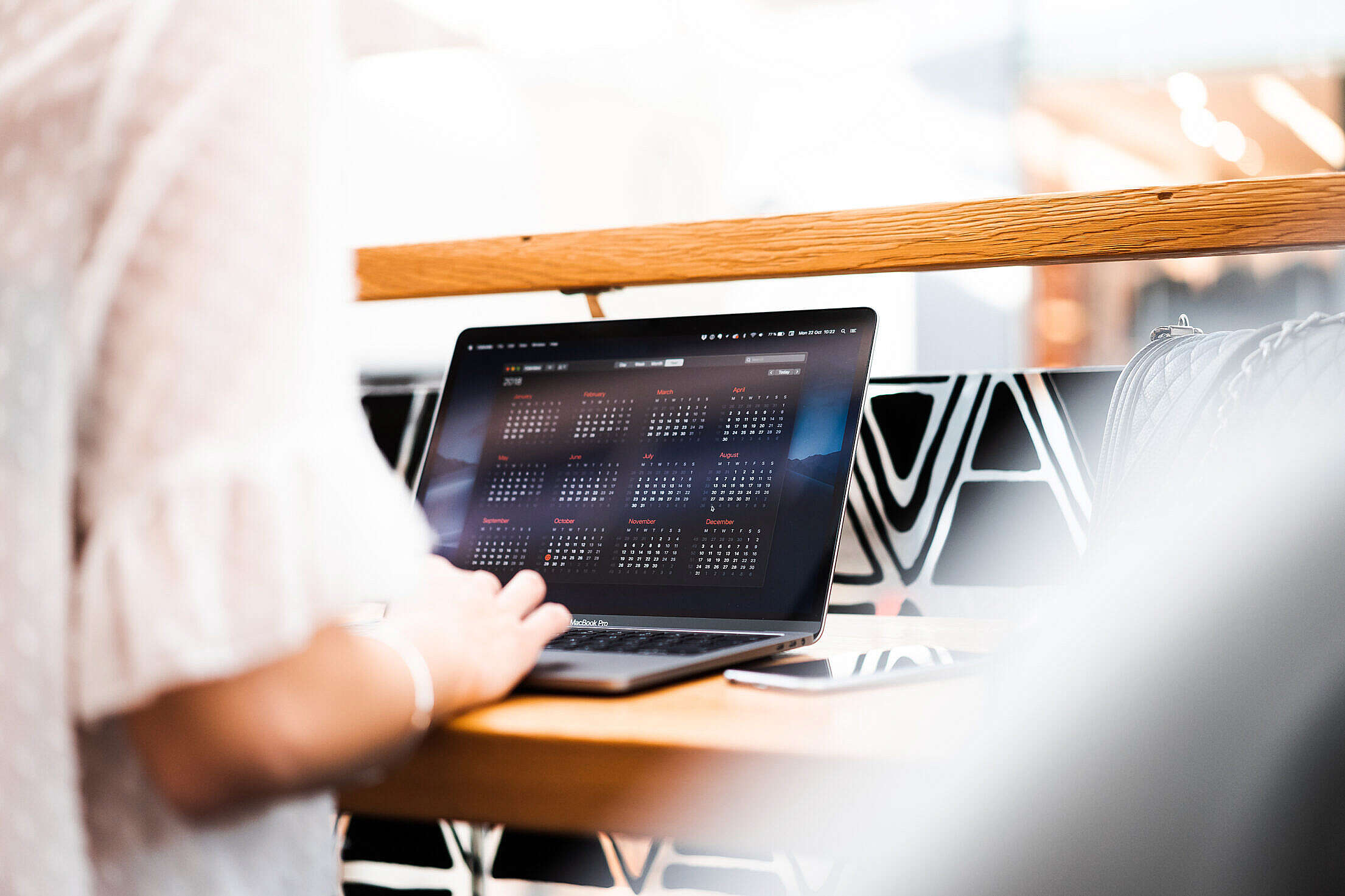 Woman Using Her MacBook in a Café Free Stock Photo